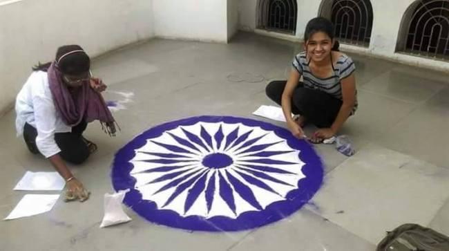 girls making ashok chakra